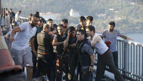 Los policías turcas protegen un soldado golpista - Sputnik Mundo
