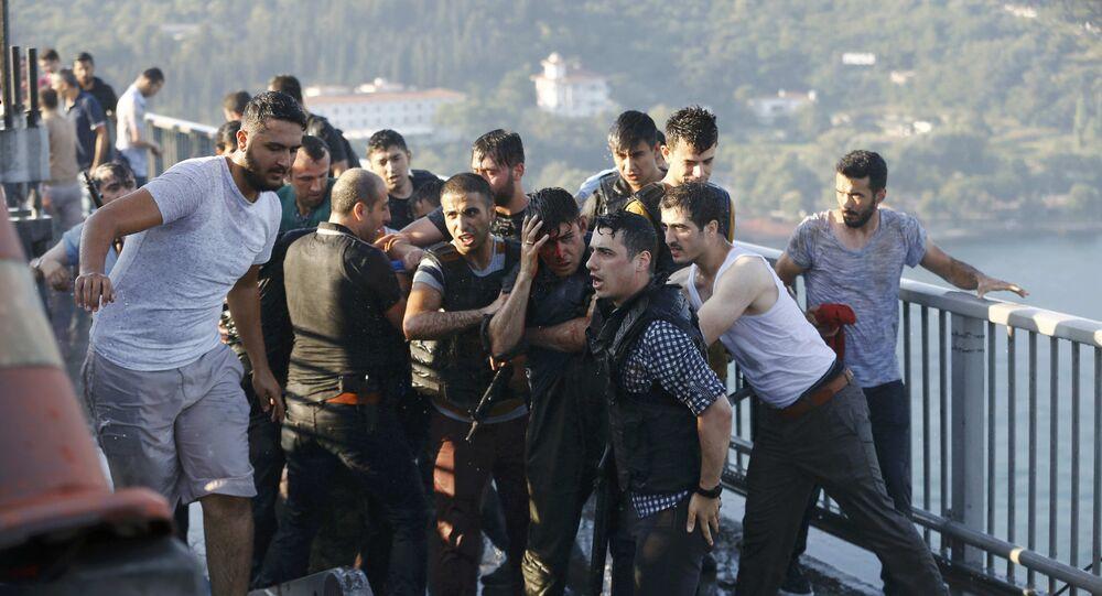 Los policías turcas protegen un soldado golpista