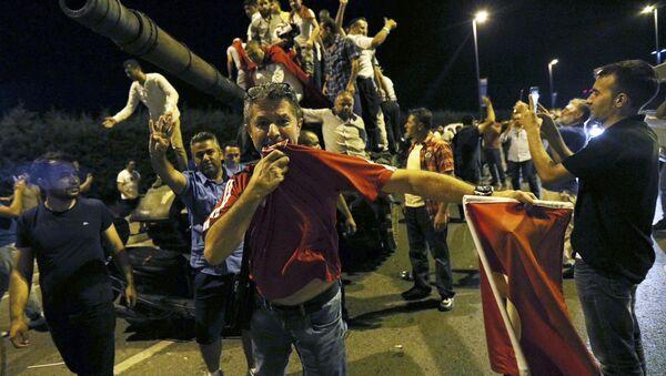 La multitud celebra el fracaso de la intentona golpista - Sputnik Mundo