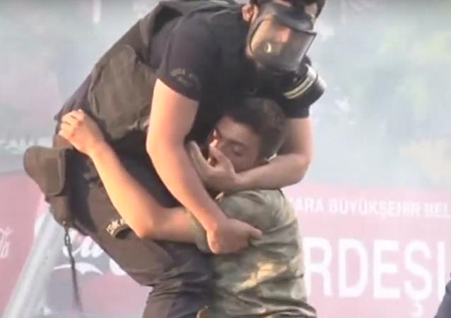 Un policía turco salva la vida de un soldado golpista