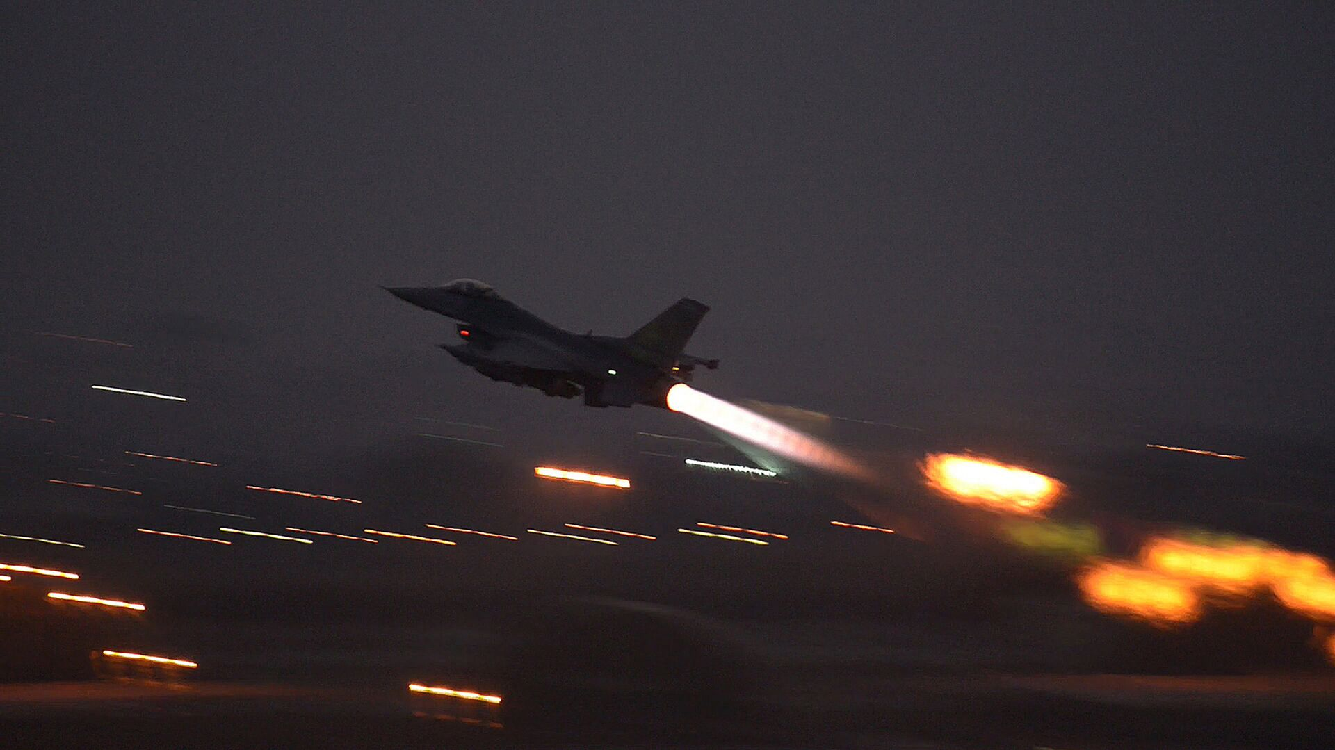 In this image provided by the U.S. Air Force, an F-16 Fighting Falcon takes off from Incirlik Air Base, Turkey, as the U.S. on Wednesday, Aug. 12, 2015, launched its first airstrikes by Turkey-based F-16 fighter jets against Islamic State targets in Syria - Sputnik Mundo, 1920, 12.02.2021