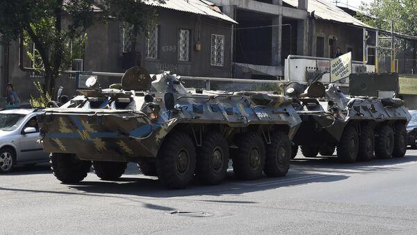 Dos atacantes del cuartel policial en Ereván se entregan a las fuerzas de seguridad - Sputnik Mundo
