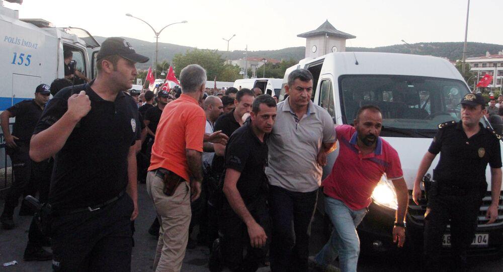 El almirante Namik Alper, comandante de la base naval Aksaz, detenido tras el intento de golpe de Estado en Turquía