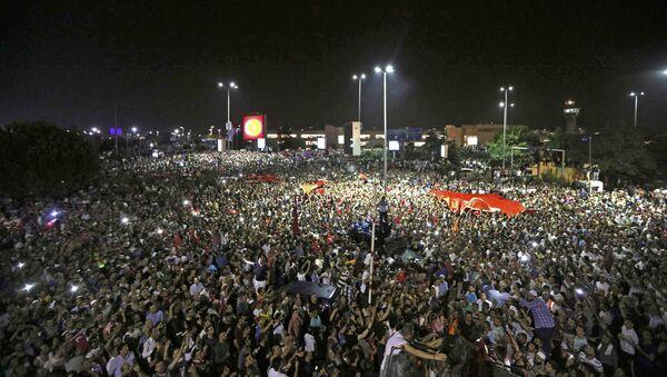 La demostración fuera del aeropuerto internacional Ataturk en Estambul durante el fallido golpe de Estado - Sputnik Mundo