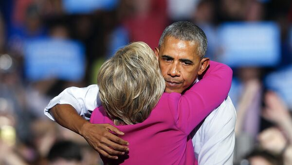 President Barack Obama embraces Democratic presidential candidate Hillary Clinton during a campaign rally for Clinton Tuesday, July 5, 2016, in Charlotte, N.C. - Sputnik Mundo