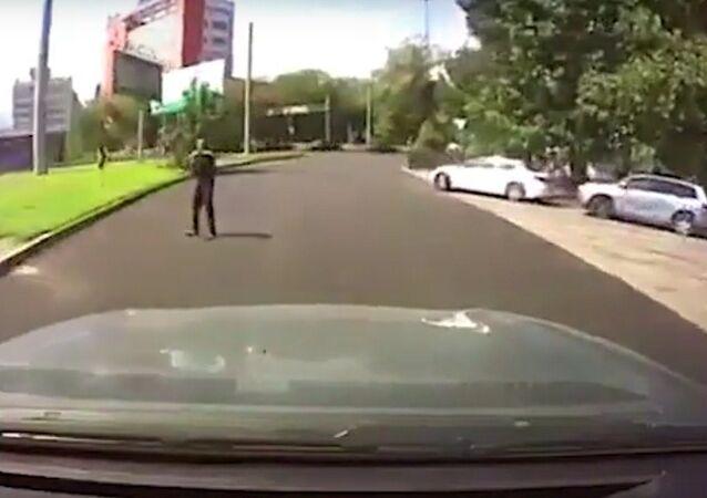 Joven por poco atropella a uno de los atacantes de Almaty