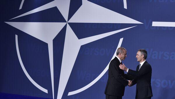 Jens Stoltenberg, secretario general de la OTAN, y Recep Tayyip Erdogan, presidente de Turquía, en la cumbre de la OTAN en Varsovia (archivo) - Sputnik Mundo
