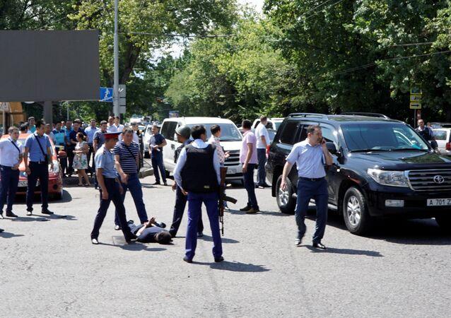 Los policías arrestan a un hombre tras el ataque en Almaty, Kazajistán