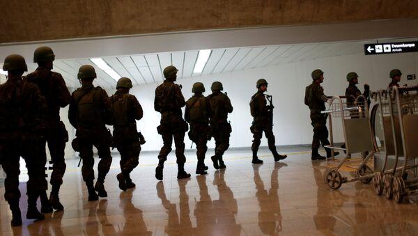 Soldados de las FFAA de Brasil en el aeropuerto internacional de Tom Jobim en Río de Janeiro - Sputnik Mundo