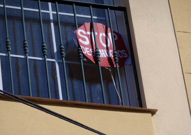 Signo Stop desahucios en una ventana