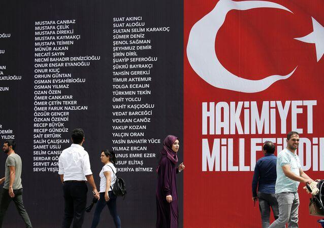 La pancarta con los nombres de los asesinatos durante  el intento del golpe militar en Turquía