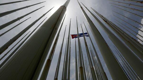 Bandera de Cuba frente de la embajada de EEUU en La Habana - Sputnik Mundo