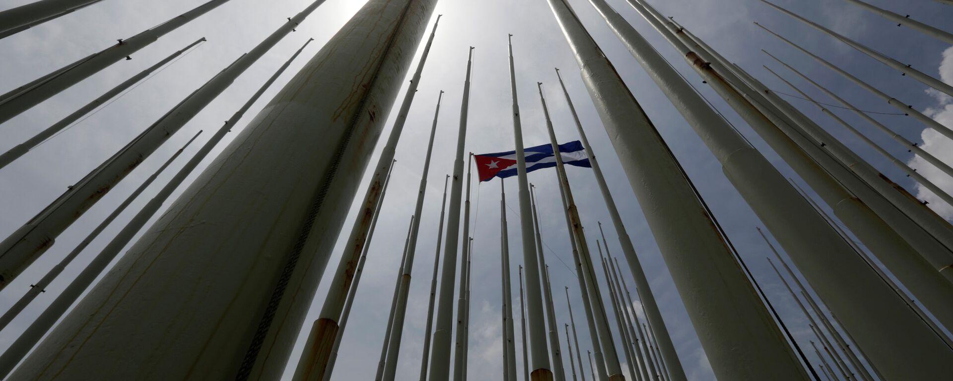 Bandera de Cuba frente de la embajada de EEUU en La Habana - Sputnik Mundo, 1920, 23.06.2021