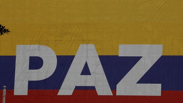 La bandera de Colombia con la palabra 'Paz' - Sputnik Mundo