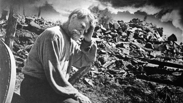 Старик у развалин своего дома - Sputnik Mundo