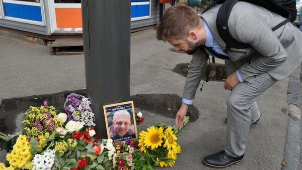 Un hombre pone las flores en el lugar de muerte de Sheremet - Sputnik Mundo