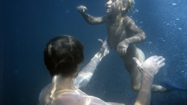 Padre e hijo bajo el agua - Sputnik Mundo