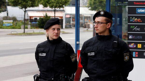 Los policías alemanes cerca del centro comercial Olympia en Múnich - Sputnik Mundo
