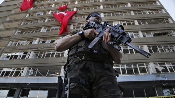 A Turkish special forces policeman stands guard in front the damaged building of the police headquarters which was attacked by the Turkish warplanes during the failed military coup last Friday, in Ankara, Turkey, Tuesday, July 19, 2016 - Sputnik Mundo