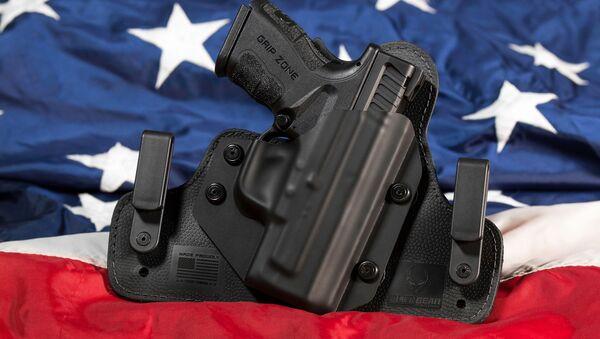 Una pistola en la bandera de EEUU - Sputnik Mundo