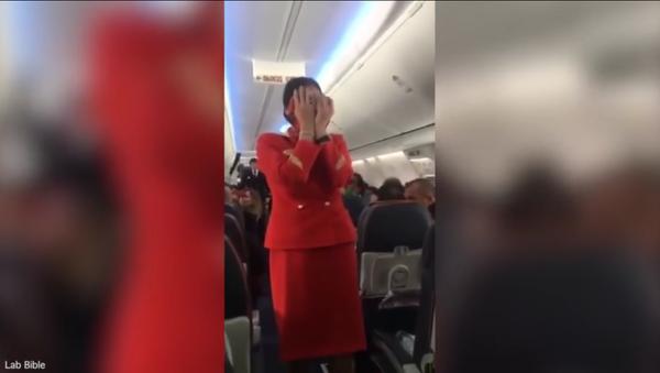 Los pasajeros de un vuelo 'trolean' a la azafata - Sputnik Mundo
