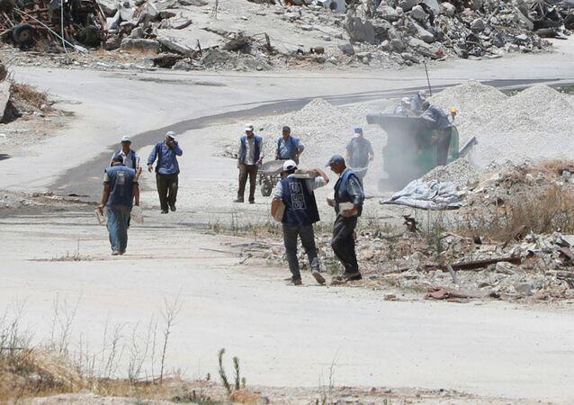 Los obreros, en las calles destruidas de Homs, Siria.