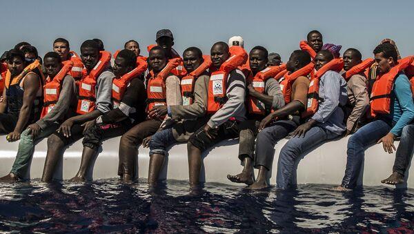 Los migrantes de Eritrea, Mali, Bangladés y otros países esperan su evacuación en el mar Mediterráneo. - Sputnik Mundo