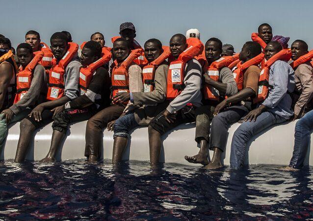 Los migrantes de Eritrea, Mali, Bangladés y otros países esperan su evacuación en el mar Mediterráneo.