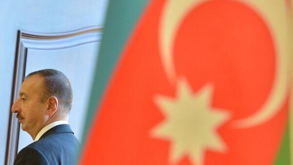 Bandera de Azerbaiyán y actual presidente, Ilham Aliyev - Sputnik Mundo