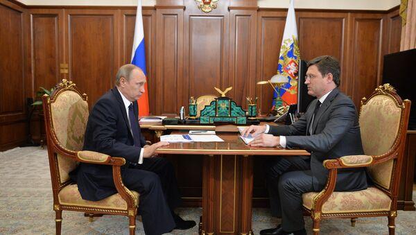 El presidente ruso, Vladímir Putin,  y el ministro de Energía, Alexandr Nóvak - Sputnik Mundo