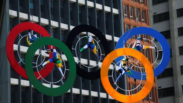 Acróbatas actúan en los anillos de los Juegos Olímpicos en el centro financiero de Sao Paulo, Brasil - Sputnik Mundo