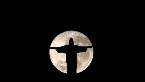 La luna llena detrás de estatua de Cristo Redentor, Rio de Janeiro - Sputnik Mundo