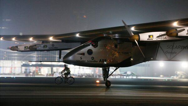 Solar Impulse 2 completa la vuelta al mundo tras aterrizar en Abu Dabi, EUA - Sputnik Mundo