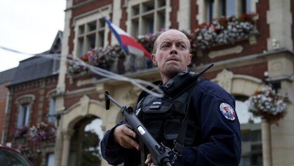 Un policía en la ciudad francesa de Saint-Étienne-du-Rouvray - Sputnik Mundo