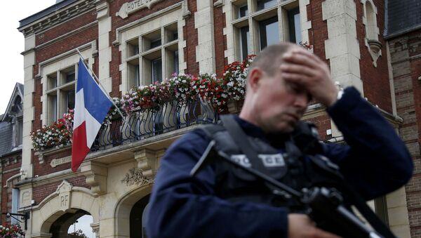 Policía francesa tras la toma de rehenes en Normandía - Sputnik Mundo