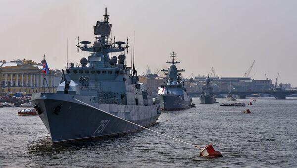 Buques militares arriban a San Petersburgo para desfilar el día de la Armada de Rusia - Sputnik Mundo