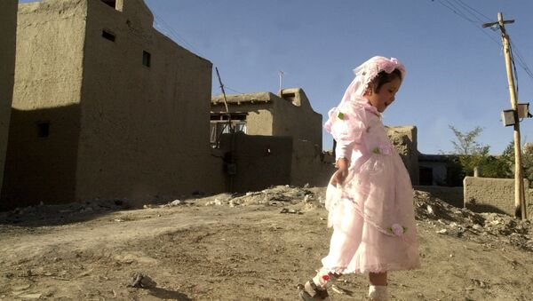 Girl plays outside during a wedding party in Kabul, Afghanistan - Sputnik Mundo