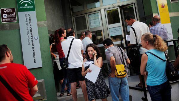 Gente al lado del Servicio Andaluz de Empleo - Sputnik Mundo