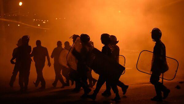 La policía dispersa a manifestantes cerca del cuartel ocupado en Ereván - Sputnik Mundo