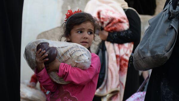Una niña siria recibe ayuda humanitaria rusa (Archivo) - Sputnik Mundo