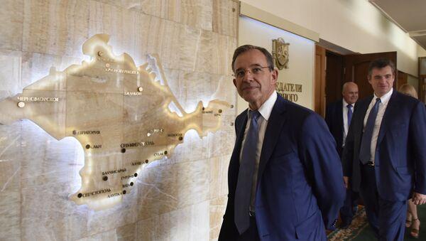 Thierry Mariani, el organizador de la delegación francesa, durante su visita en Crimea - Sputnik Mundo