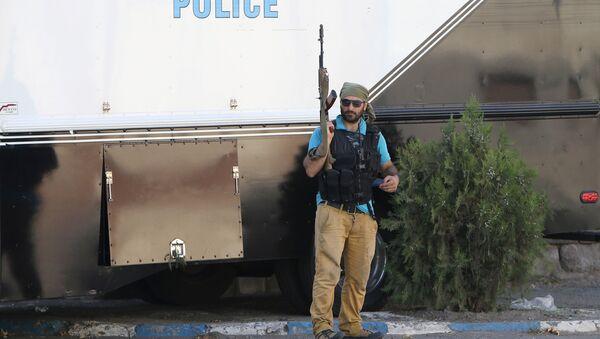 El hombre armado cerca de cuartel de la Policía en Ereván - Sputnik Mundo