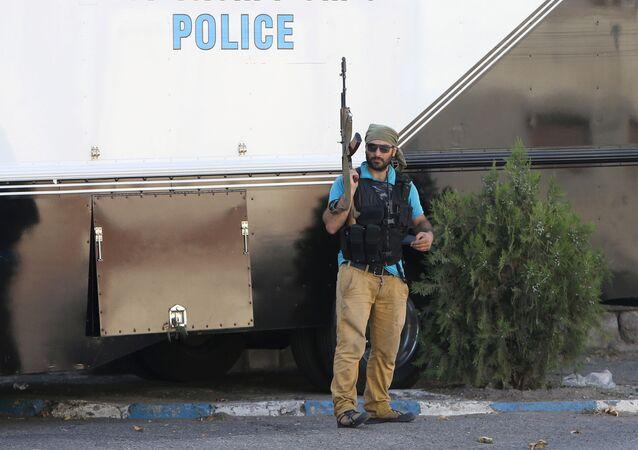 El hombre armado cerca de cuartel de la Policía en Ereván