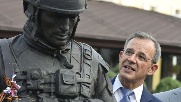 Thierry Mariani, el jefe de la delegación francesa a Crimea, cerca del monumento a los Hombres Corteses - Sputnik Mundo