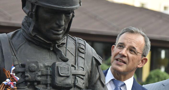Thierry Mariani, el jefe de la delegación francesa, cerca del monumento a los Hombres Corteses