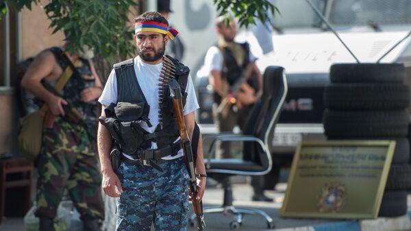 Los integrantes del grupo armado que ocupó el cuartel en Ereván - Sputnik Mundo