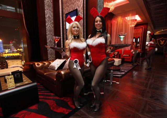 Camareras posan en el interior de un club Playboy, en un casino de Macao