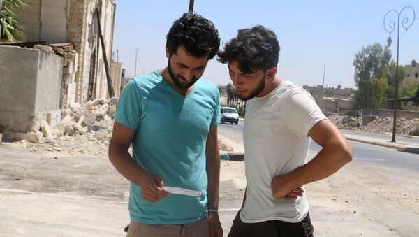 Vecinos de Alepo leen uno de los folletos lanzados por el Ejército sirio (archivo) - Sputnik Mundo