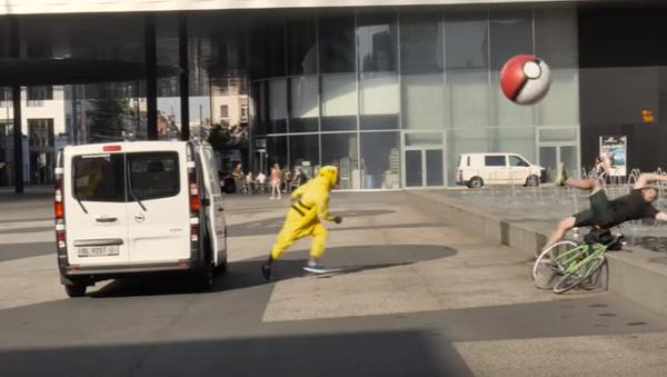 Blogueros de Suiza disfrazados de Pikachú capturan a los peatones al estilo del famoso videojuego Pokémon Go - Sputnik Mundo