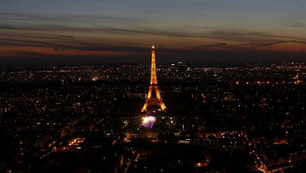La Torre Eiffel en París - Sputnik Mundo